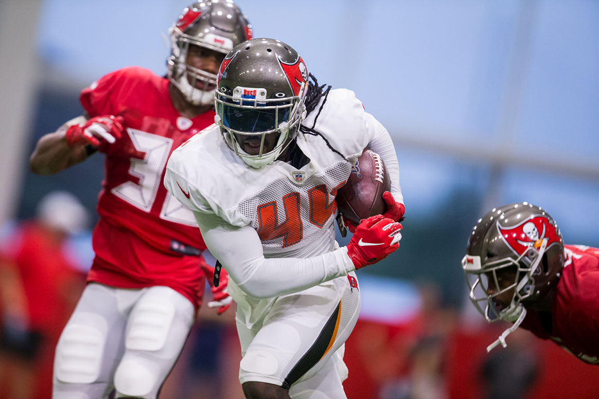 98d3a239 Inside Bucs Camp 8-2: Vea On The Move; A New Option at Running Back ...